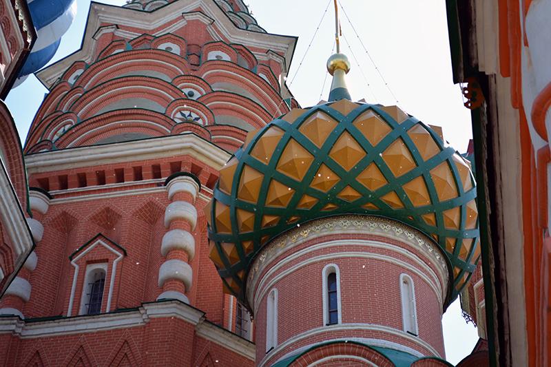 Detalhe da catedral St. Basil e os flocos de álamo  que voam por Moscou